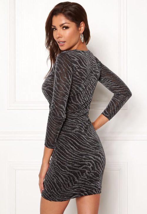 Glitrende etui-kjole