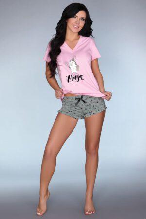 Pyjamas sættet består af en overdel og et par shorts.