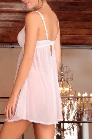Hvid natkjole i et blødt og dejligt materiale med et feminint design.