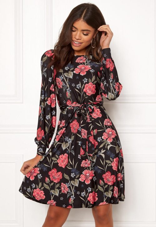 Smuk og feminin kjole i krølfri jersey fra HAPPY HOLLY